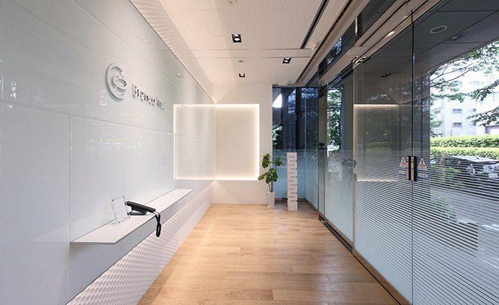 光と反射のオフィス